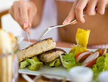mulher comendo peixe.jpg