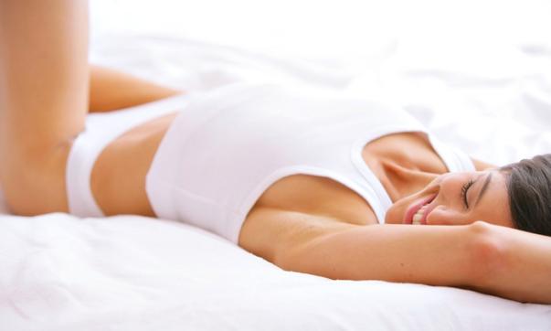 mulher deitada cama