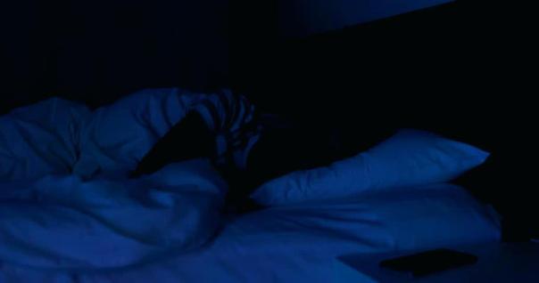mulher dormindo quarto escuro