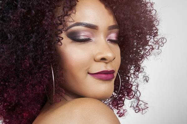 mulher negra cabelos crespos maquiagem pixabay