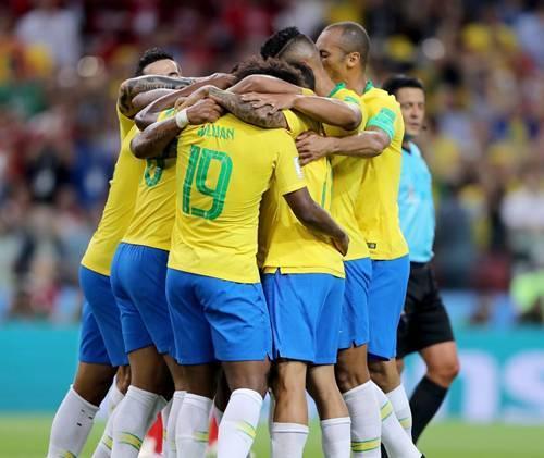 Seleção Brasileira comemorando um gol -