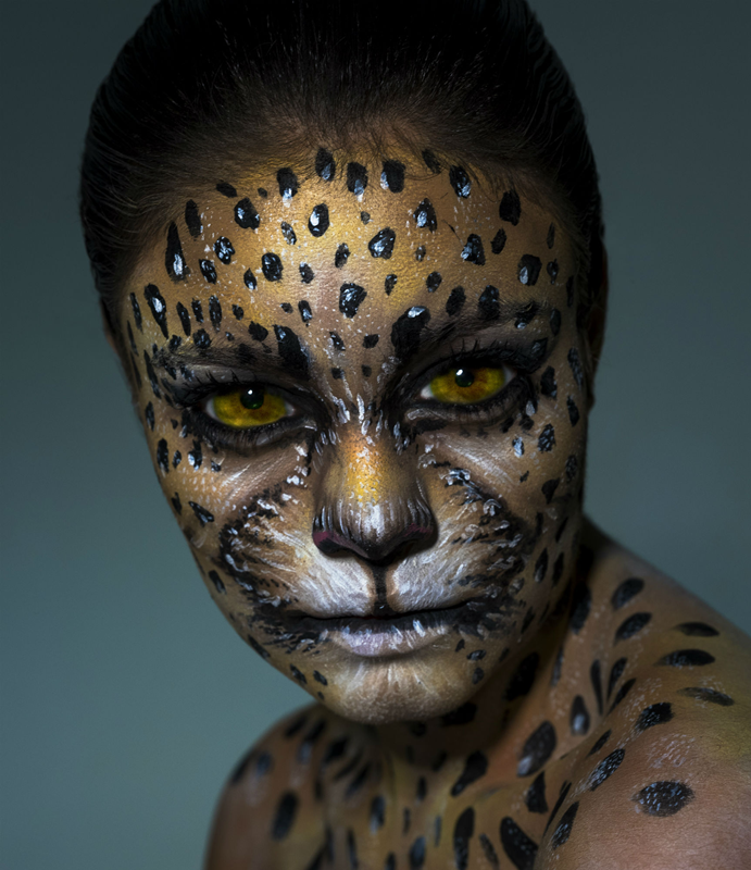 A atriz Sophie Charlotte na pele de onça