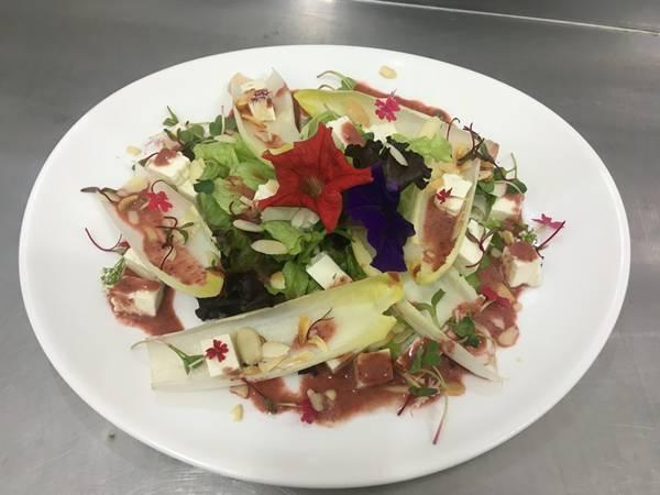 A salada de flores do Restaurante Casa Bela é outro lançamento gastronômico.