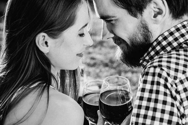 casal bebendo vinho pixabay