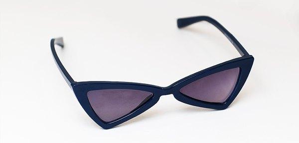 bd5e0cfe924eb ... lentes que contam com proteção UVA e UVB, o modelo traz uma releitura  moderna do modelo geométrico, ícone dos 80 s. O valor de cada óculos é R   489,00.