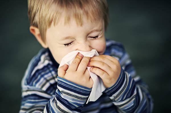menino espirro gripe crianca