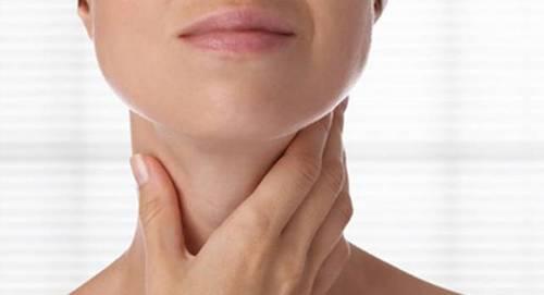mulher-garganta-pescoco-tireoide 333