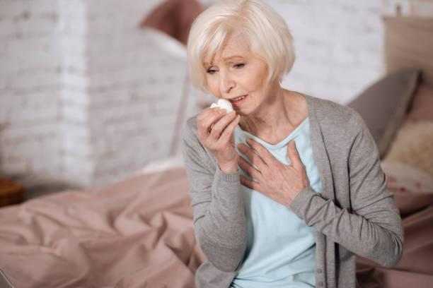 mulher idosa doente gripe iStock
