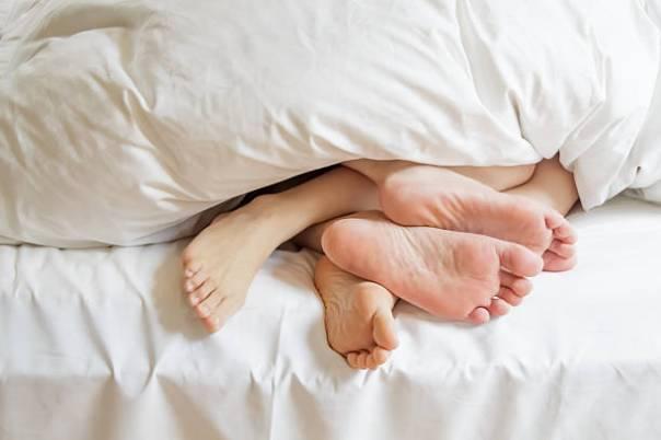 casal na cama iStock