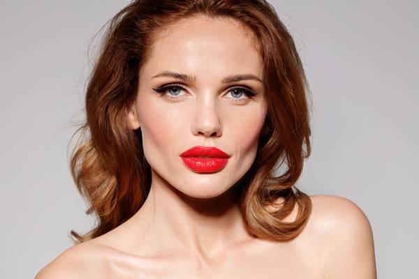 Depositphotos mulher maquiagem batom vermelho Naimer