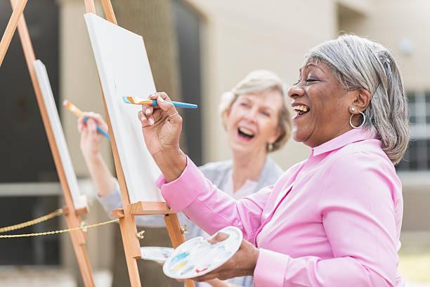 mulheres idosas pintando freeimages