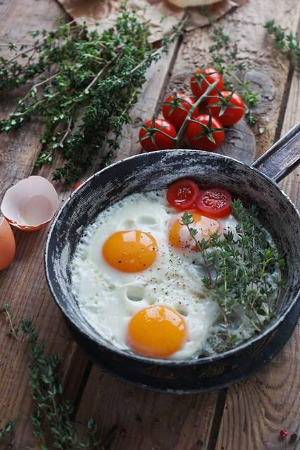 ovos fritos com alecrim e tomate Depositphotos