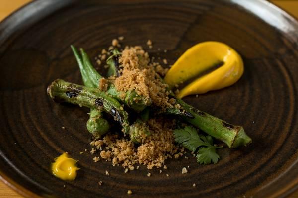 Vista restaurante _ Quiabos grelhados, maionese de dendê e farofa de camarão seco _ fotos Rubens Kato (3)