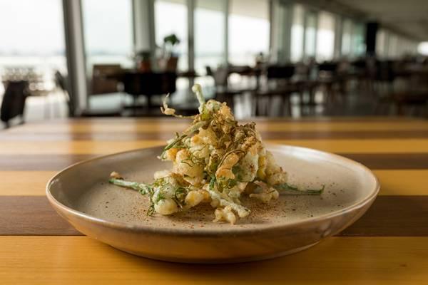 Vista restaurante _ Tempurá de cambuquira com milho verde e jiquitaia _ fotos Rubens Kato (2)