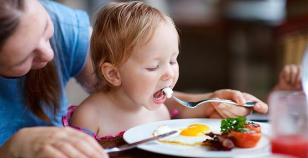 bebe comendo ovos.jpg