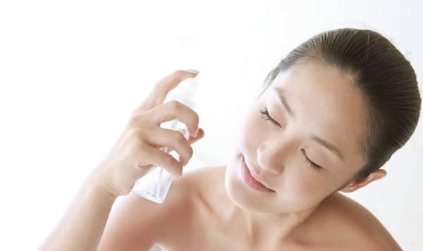 mulher agua termal pele beleza