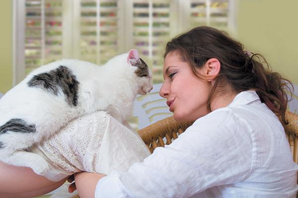 mulher conversa com gato.jpg