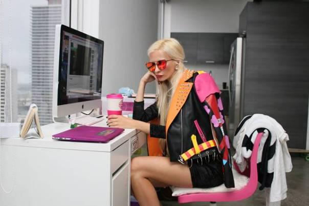 mulher jovem computador tedio pexels