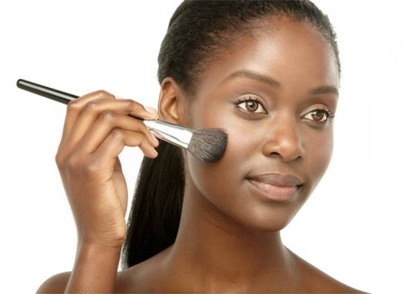 mulher maquiagem pincel
