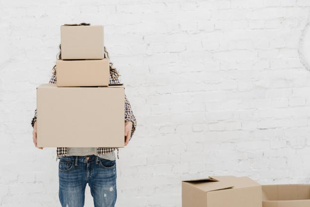 mulher segurando caixas freepik