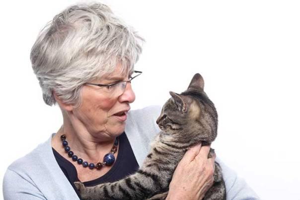 mulher senhora falando gato