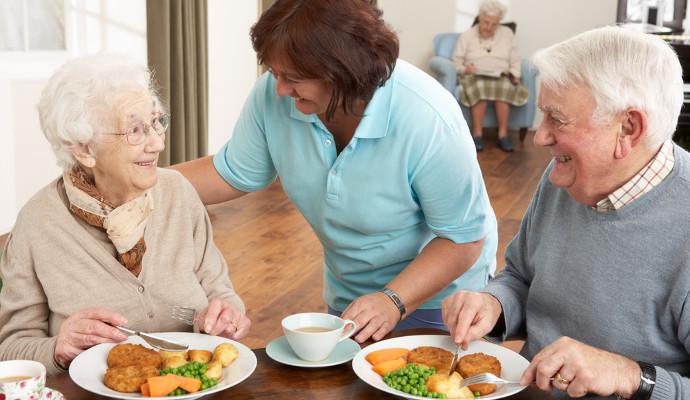 casal idoso comendo dailycaring