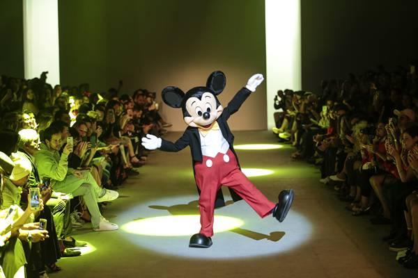 Mickey Mouse no desfile da ÁGUA DE COCO por Liana Thomaz
