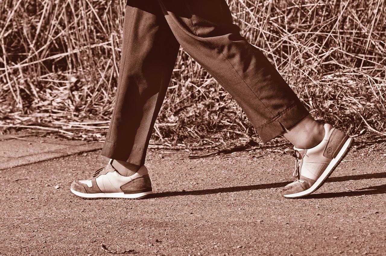 mulher andando tenis nicershoes
