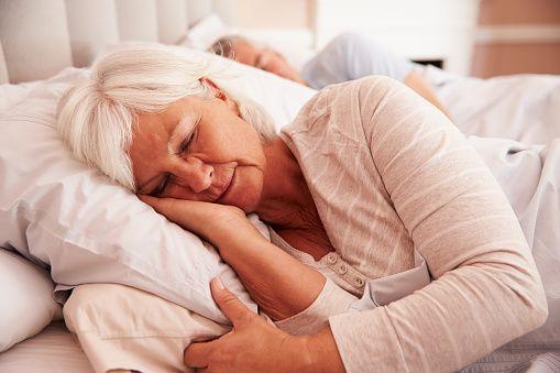 mulher idosa dormingo