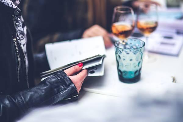 mulher livro bebida vinho pexels