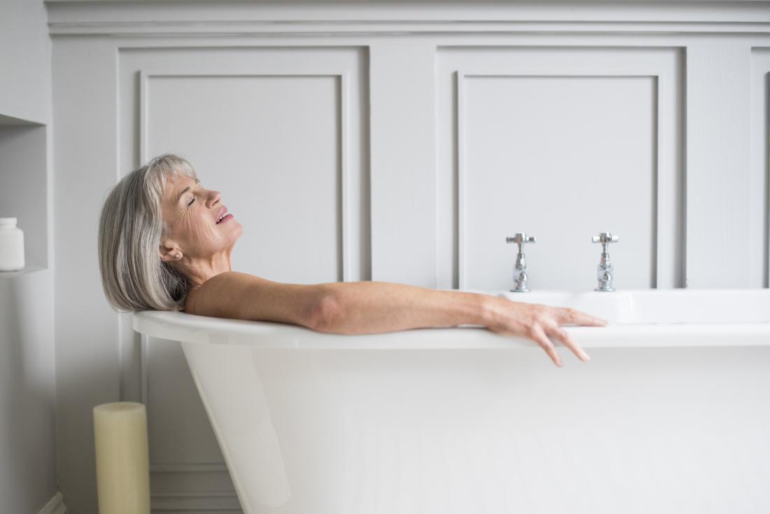 mulher tomando banho banheira