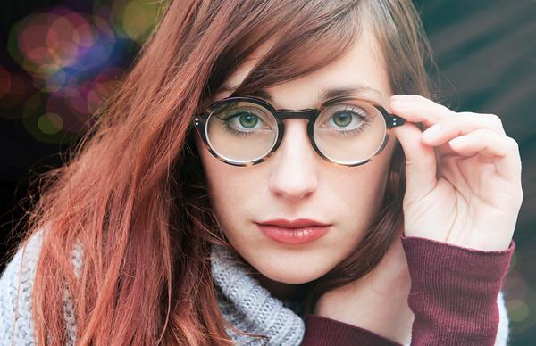 oculos cilios jovem mulher.png