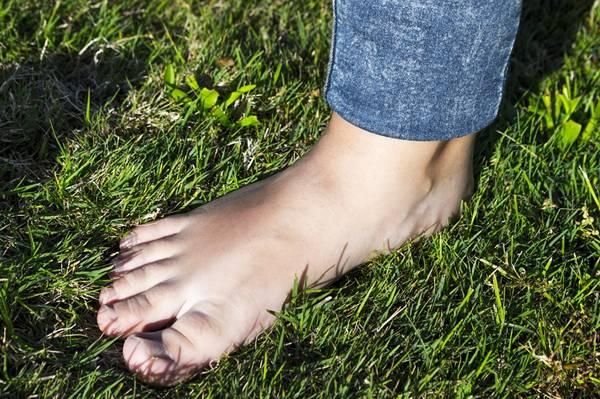 andar pé descalço grama pixabay