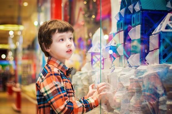 criança menino loja pixabay