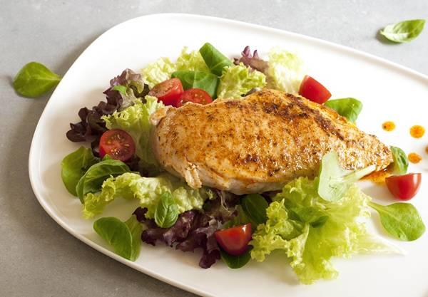 file de frango e salada pixabay