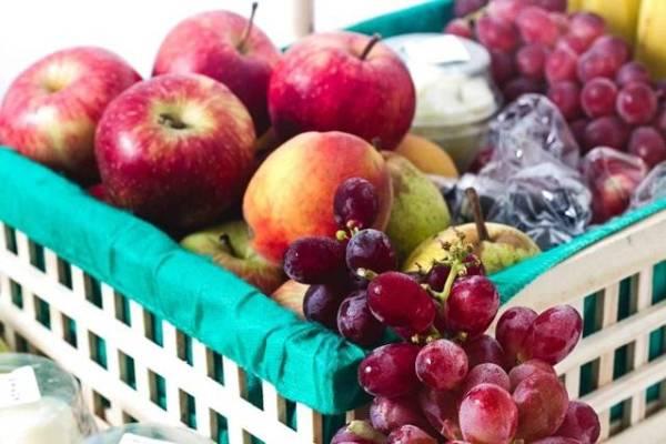 frutas maca uva cesta