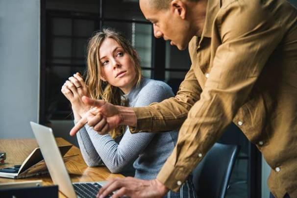 jovem mulher homem conversa trabalho pexels