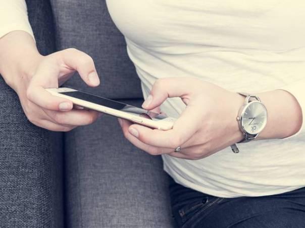 jovem mulher usando celular pexels