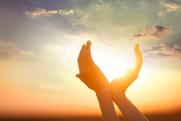 mãos sol céu nuvens