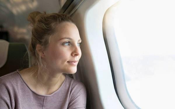 mulher aviao voo viagem.jpg