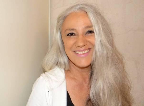 mulher cabelo grisalho longo pixabay