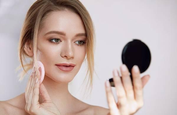 mulher passando pó makeupnation