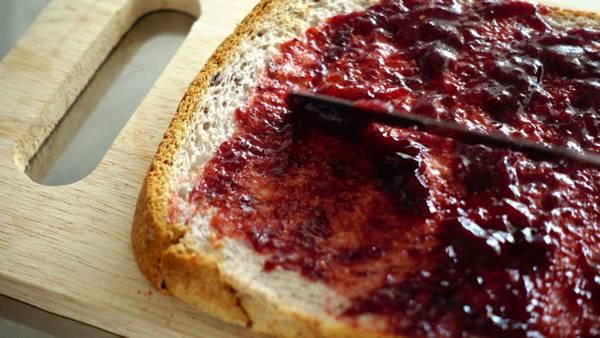 pão com geleia de frutas vermelhas shutterstock