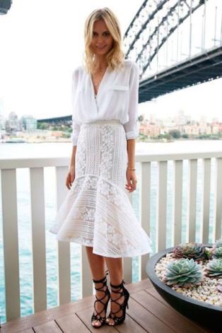 saia e blusa brancos