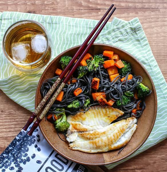 6- espaguete de feijão preto com pedaços de abóbora e brócolis assados acompanhado de filet de pescado_
