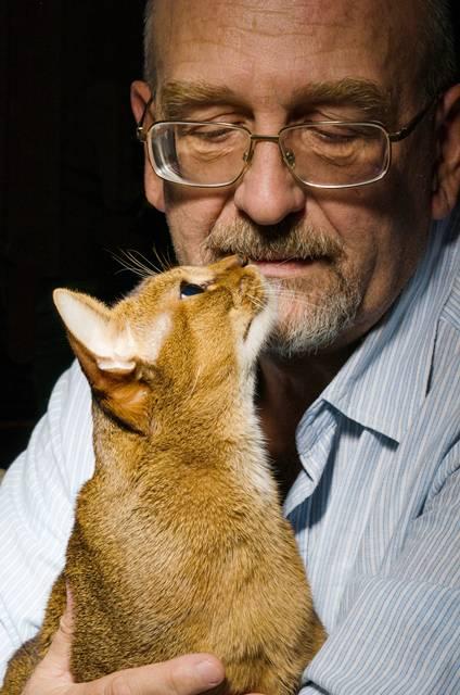 homem idoso com gato.jpg