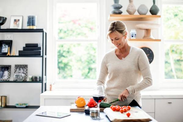 istockphoto- mulher na cozinha