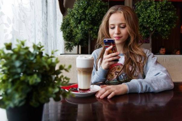 menina adolescente celular