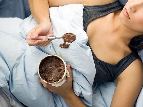 mulher comendo sorvete na cama