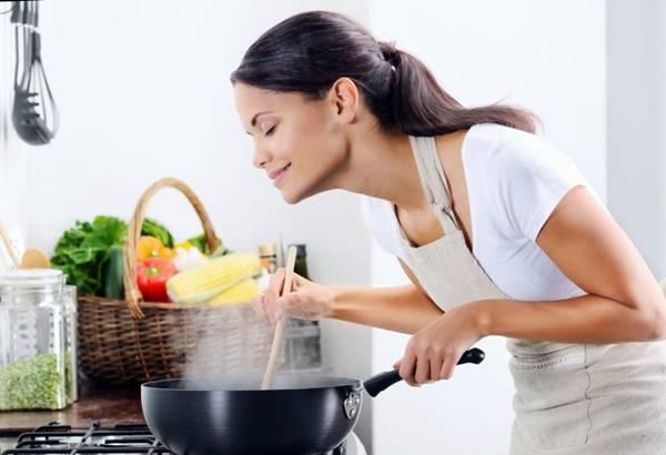 mulher cozinhando fogao panela